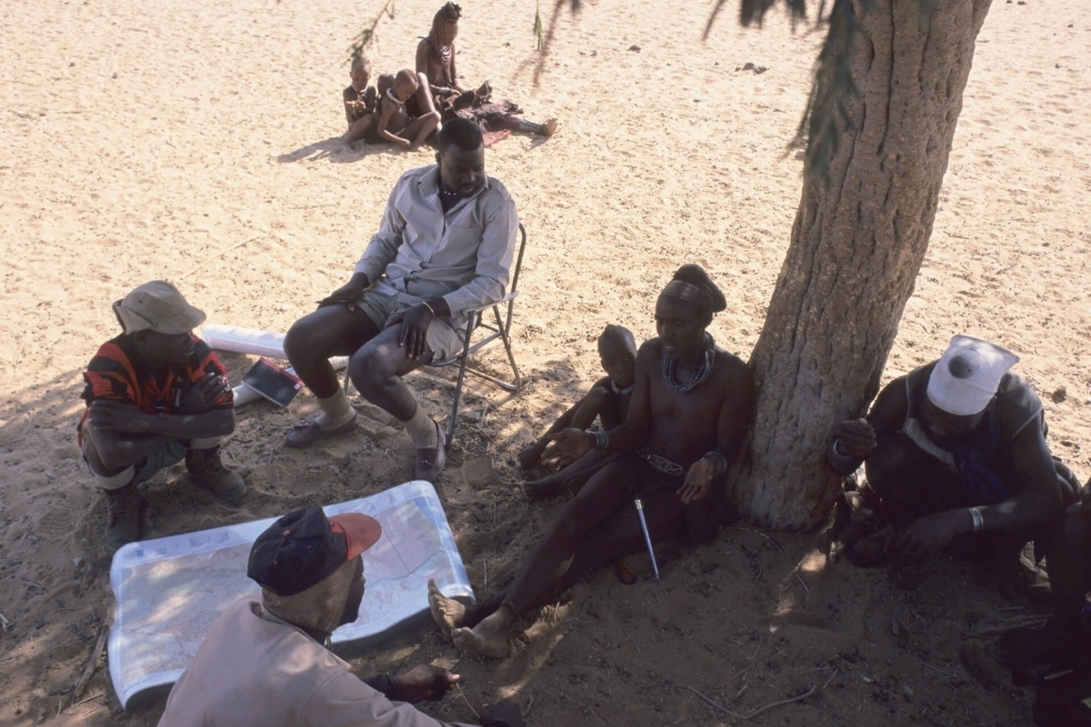 John Kasaona during boundary negotiations with a Himba chief in the Marienfluss (1999).