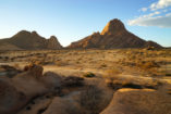 The Spitzkoppe on the right offers an impressive photo scene from all sides.